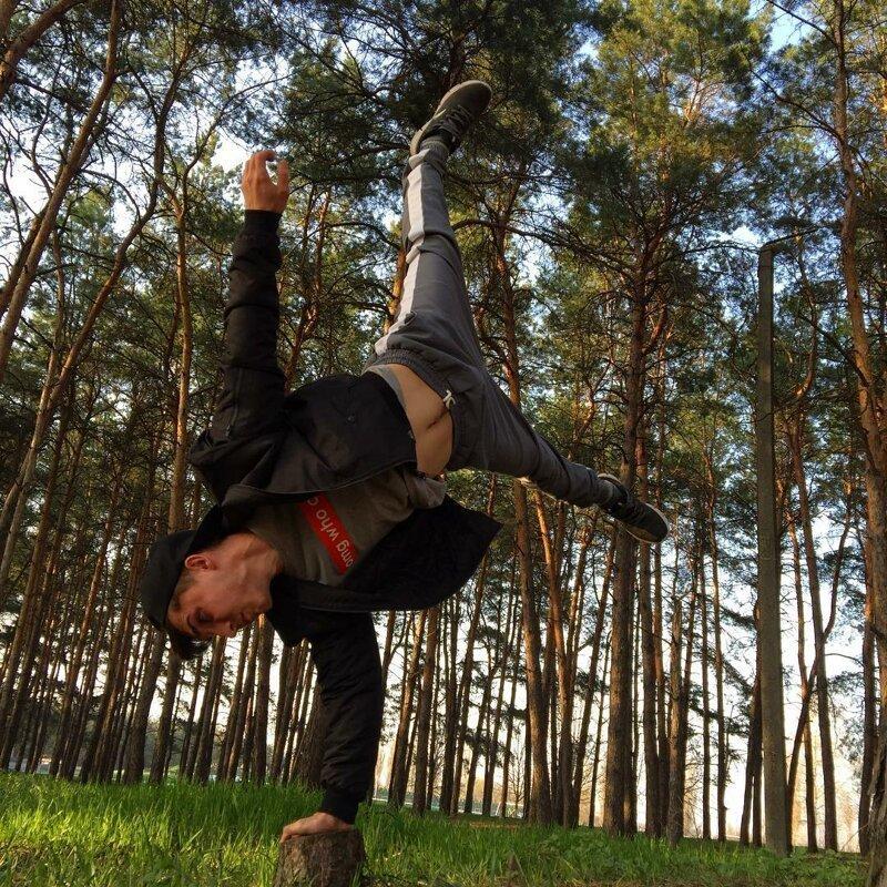 Этот парень творит настоящие гимнастические чудеса, которые вас непременно погрузят в истинный восторг