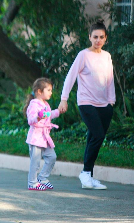 Квартет К: Мила Кунис и Эштон Катчер на прогулке с детьми Звезды / Звездные пары