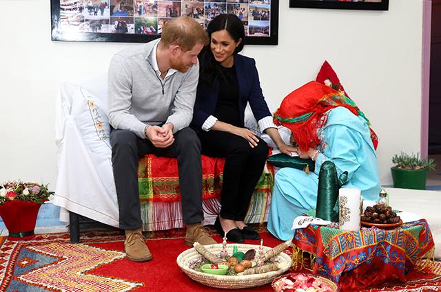 Дворовый футбол и тату хной: принц Гарри и Меган Маркл посетили женский пансион в Марокко Монархии